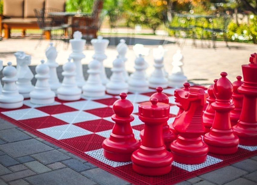 Red Giant Plastic Chess Set